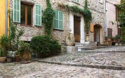 Calle estrecha en la ciudad vieja en Francia Foto de archivo libre de regalías