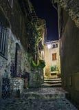 Calle estrecha en la ciudad vieja en Francia en la noche Foto de archivo