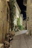 Calle estrecha en la ciudad vieja en Francia Opinión de la noche Fotografía de archivo libre de regalías