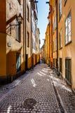 Calle estrecha en la ciudad vieja (Gamla Stan) de Estocolmo Imagenes de archivo