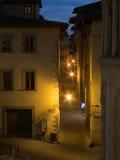 Calle estrecha en la noche Imagen de archivo libre de regalías