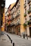 Calle estrecha en Madrid Foto de archivo