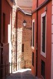 Calle estrecha en Toledo, España Foto de archivo libre de regalías