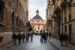 Calle estrecha en Valencia central en España Foto de archivo libre de regalías
