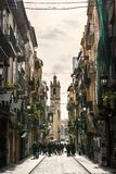 Calle estrecha en Valencia central en España Imagen de archivo libre de regalías