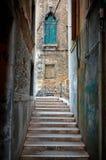Calle estrecha en Venecia Foto de archivo libre de regalías