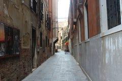 Calle estrecha en Venecia Imagen de archivo