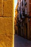 Calle estrecha encantadora, calle con las fachadas coloridas del edificio Imagenes de archivo