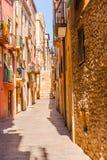 Calle estrecha encantadora, calle con las fachadas coloridas del edificio Imagen de archivo