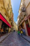 Calle estrecha encantadora en el área más quartier latina Foto de archivo libre de regalías