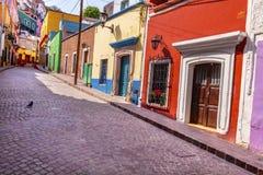 Calle estrecha Guanajuato México de las casas coloridas rosadas rojas Fotos de archivo libres de regalías