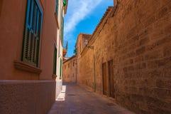 Calle estrecha, Mallorca Imagen de archivo libre de regalías