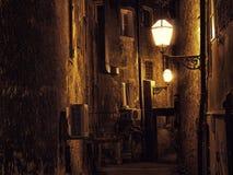 Calle estrecha oscura en Zagreb, Croacia foto de archivo libre de regalías