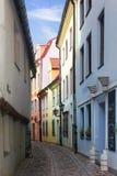 Calle estrecha Riga, Latvia Fotos de archivo