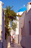 Calle estrecha Santorini Grecia Foto de archivo libre de regalías