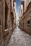 Calle estrecha típica en la ciudad croata vieja de Dubrovnik Fotografía de archivo libre de regalías