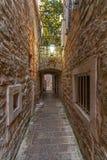 Calle estrecha típica en la vieja noche de Budva Imágenes de archivo libres de regalías