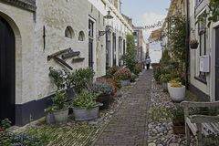Calle estrecha Westerwalstraat en Elburg fortificado Fotos de archivo