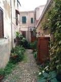 Calle estrecha y vieja de una pequeña ciudad en Italia fotografía de archivo