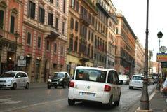 Calle europea, coche blanco, taxi, Roma Fotografía de archivo