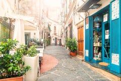Calle europea con los cafés y las tiendas por la mañana fotos de archivo libres de regalías