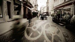 Calle europea de la ciudad con lapso de tiempo de la gente y la mudanza del concepto del mecanismo del reloj almacen de video