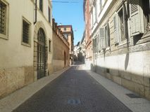 Calle europea vacía de la ciudad del verano soleado Fotografía de archivo