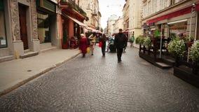 Calle europea vieja de la ciudad con cantidad del lapso de tiempo de la gente que camina almacen de metraje de vídeo