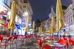 Calle famosa de Graben en la noche Imagenes de archivo