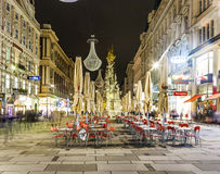 Calle famosa de Graben en la noche con la reflexión de la lluvia en el adoquín Foto de archivo libre de regalías