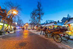 Calle famosa de Krupowki en Zakopane en invierno Imagen de archivo libre de regalías