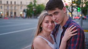 Calle feliz del abrazo de los pares de la relaci?n del amor urbana almacen de video