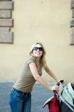 Calle feliz del cochecito de la madre Imagen de archivo libre de regalías