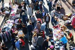 Calle Francia al aire libre de la venta de garaje Foto de archivo