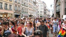 Calle gay feliz del baile de la muchedumbre de LGBT en el orgullo anual almacen de metraje de vídeo