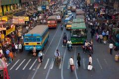 Calle grande de la ciudad con millares de gente, bicis Fotos de archivo libres de regalías