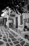Calle griega en la isla de Paros imágenes de archivo libres de regalías