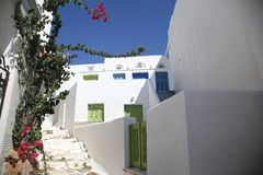 Calle griega típica de la isla en Tinos, Grecia Foto de archivo