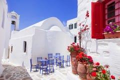 Calle griega tradicional con las flores en la isla de Amorgos, islas de Grecia Foto de archivo