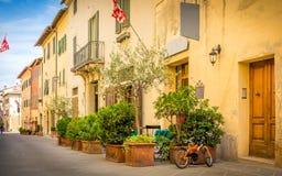 Calle hermosa de San Quirico Dorcia, Toscana Foto de archivo libre de regalías