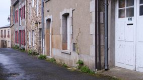 Calle hermosa vacía del pequeño pueblo bretón metrajes