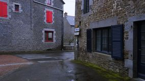 Calle hermosa vacía del pequeño pueblo bretón almacen de metraje de vídeo