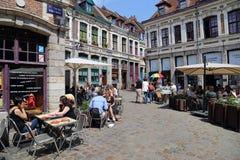 Calle histórica con los turistas en Lille, Francia Foto de archivo