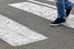 Calle - hombre que cruza un paso de peatones Fotografía de archivo libre de regalías