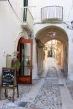 Calle idílica en la ciudad antigua Vieste, Italia Foto de archivo libre de regalías