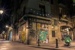 Calle iluminada con las paredes de la pintada fotografía de archivo libre de regalías