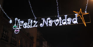 Calle iluminada con los bulbos de la Navidad, Feliz Navidad de la ciudad fotografía de archivo