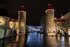 Calle iluminada de Viru en Tallinn en la Navidad Fotos de archivo