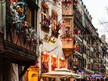Calle iluminada durante Navidad en Estrasburgo Imágenes de archivo libres de regalías