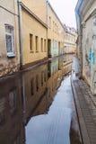 Calle inundada después de lluvia en el centro de Kaunas, Lithuani fotos de archivo libres de regalías